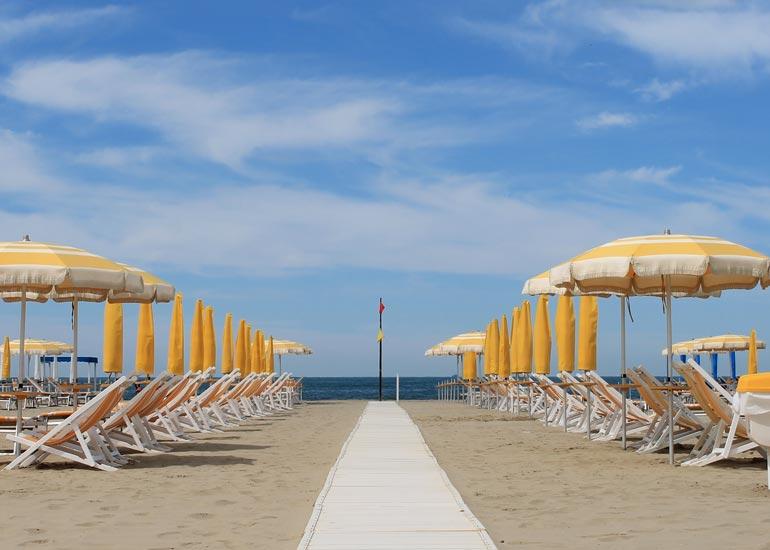 Matrimonio Spiaggia Marina Di Massa : Prenotare un ombrellone a ronchi hotel villa elsa marina di massa